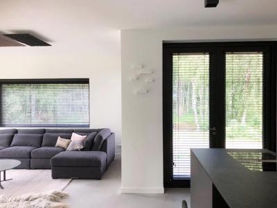 Woning voorzien van functionele raamdecoratie